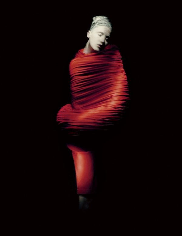 Rei Kawakubo (Japanese, born 1942) for Comme des Garçons (Japanese, founded 1969) Body Meets Dress–Dress Meets Body, spring/summer 1997 Courtesy of Comme des Garçons. Photograph by © Paolo Roversi; Courtesy of The Metropolitan Museum of Art Foto freundlicherweise von The Met zur Verfügung gestellt