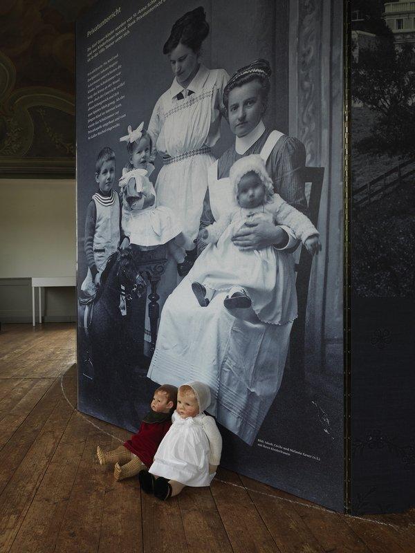 Museum Prestegg Altstätten Die originalen Puppen von Cécile und Melanie Geser (Töchter von Jacob Rohner), vor der Reproduktion mit ihren Kinderfrauen und ihrem Bruder Jakob, 1917. Foto: Jürg Zürcher, St. Gallen
