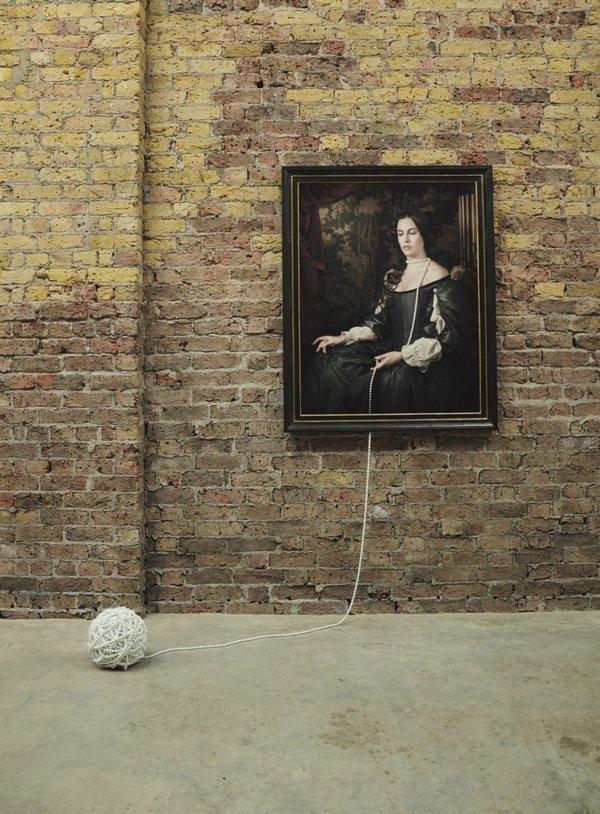 Maisie Broadhead: 'Ball and Chain' aus der Serie 'Pearls' Digitale Farbfotografie und Glasperlen Grossbritannien, 2016 © Maisie Maud Broadhead Foto freundlicherweise vom Schmuckmuseum Pforzheim zur Verfügung gestellt