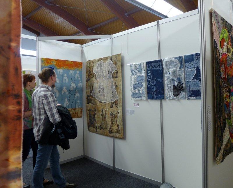 Blick in die Ausstellung 'Stoff zum Nachdenken'