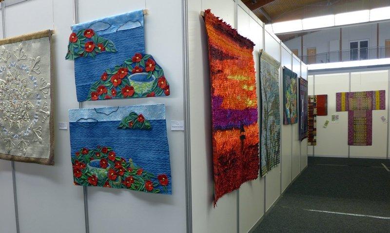 Blick in die Ausstellung von Südkorea hinten rechts die Kimonos von Pia Welsch