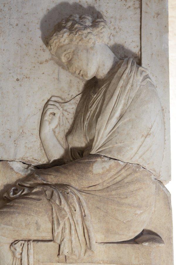 Mantel der Mnesarete auf einem Grabrelief aus Marmor, um 380 v. Chr., Glyptothek München © Peter Schreiber Foto freundlicherweise vom Museum zur Verfügung gestellt