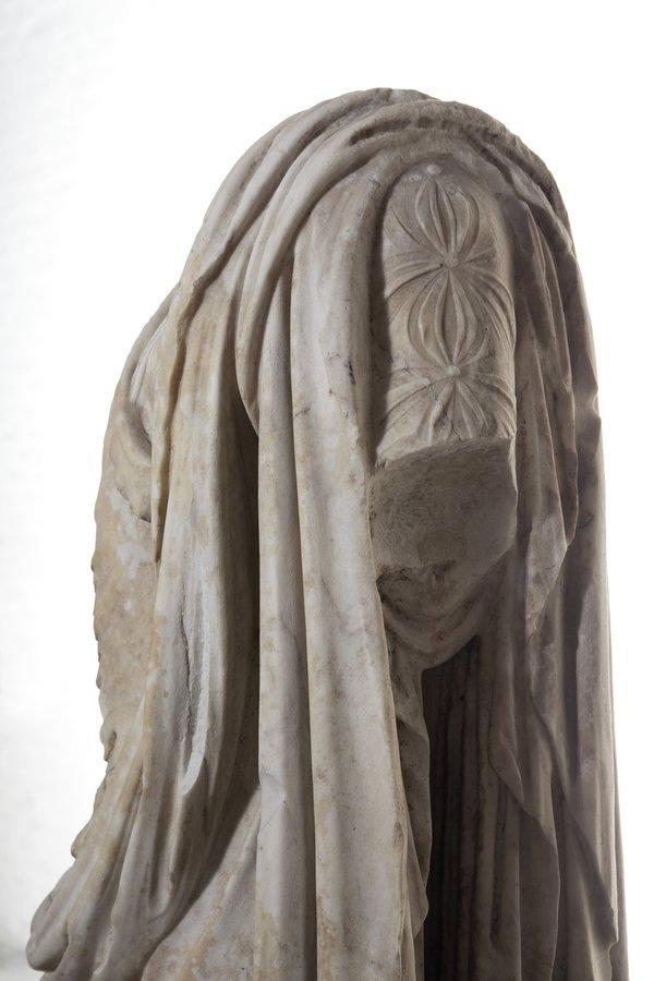 Chitonknöpfung der Marmorstatue der Aphrodite mit Ziegenfell, um 380 v. Chr., Kopie aus römischer Zeit, Glyptothek München; © Peter Schreiber Foto freundlicherweise vom Museum zur Verfügung gestellt