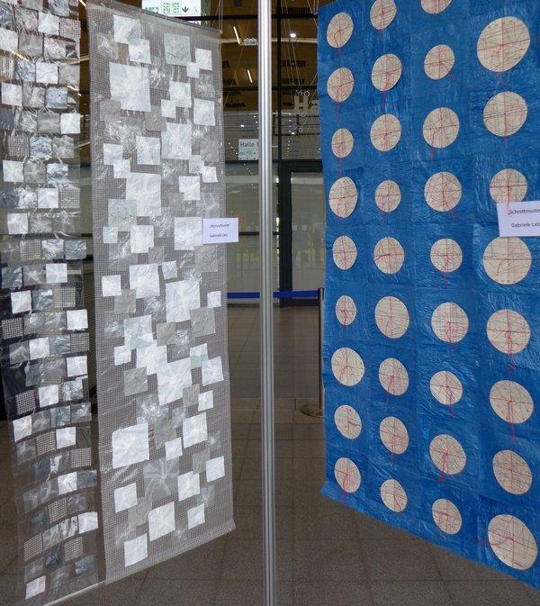 Gabriele Latz: Monochrome (li), Schnittmuster (re) Modern Quilters Heilbronn: Ausstellung 'Upcycling Art' NADELWELT 2017