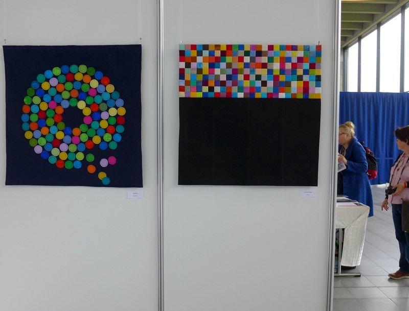 Inge Barth: Standpunkte (li), Annemarie Kowach: Kontraste (re) Patchworkgruppe Karlsruhe: Ausstellung 'Kontraste' NADELWELT 2017