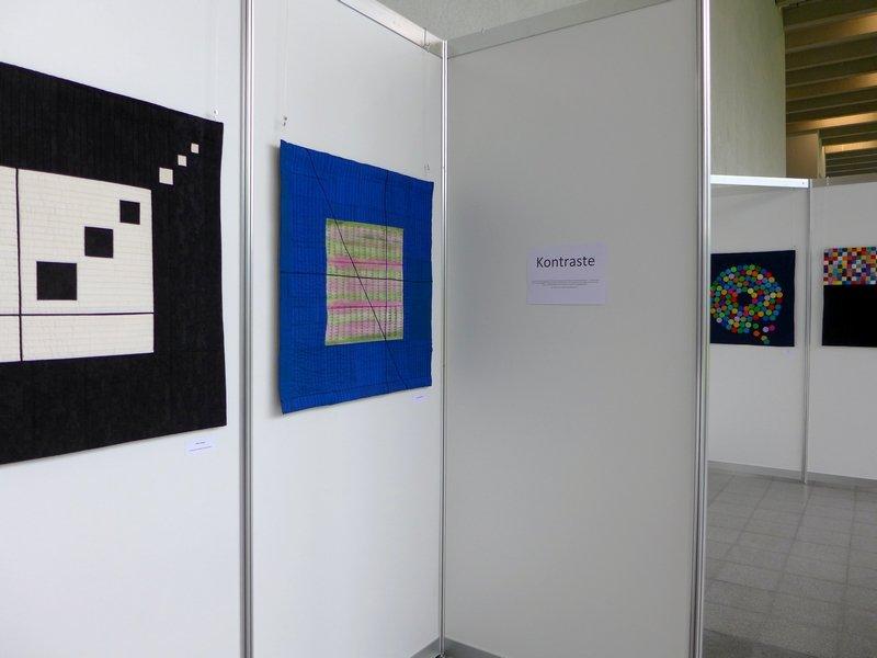 Elke Führer: Komposition Weiss in Schwarz (li), Arbeit von Ursula Rahmsdorf (re) Patchworkgruppe Karlsruhe: Ausstellung 'Kontraste' NADELWELT 2017