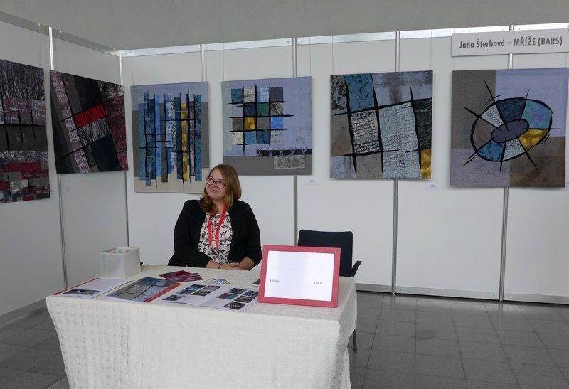 Jana Sterbovas Tochter Johanna in der Ausstellung 'Kollektion Gitter (Bars)' NADELWELT 2017
