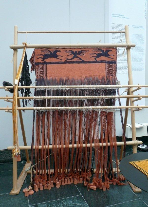Nachbau eines Gewichtswebstuhls © Ursula Brenner Foto freundlicherweise von Ursula Brenner zur Verfügung gestellt