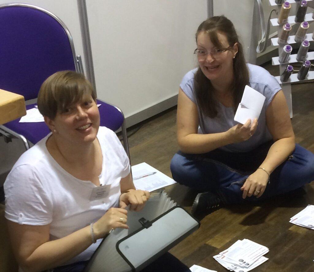 Carolin und Laura beim Auszählen