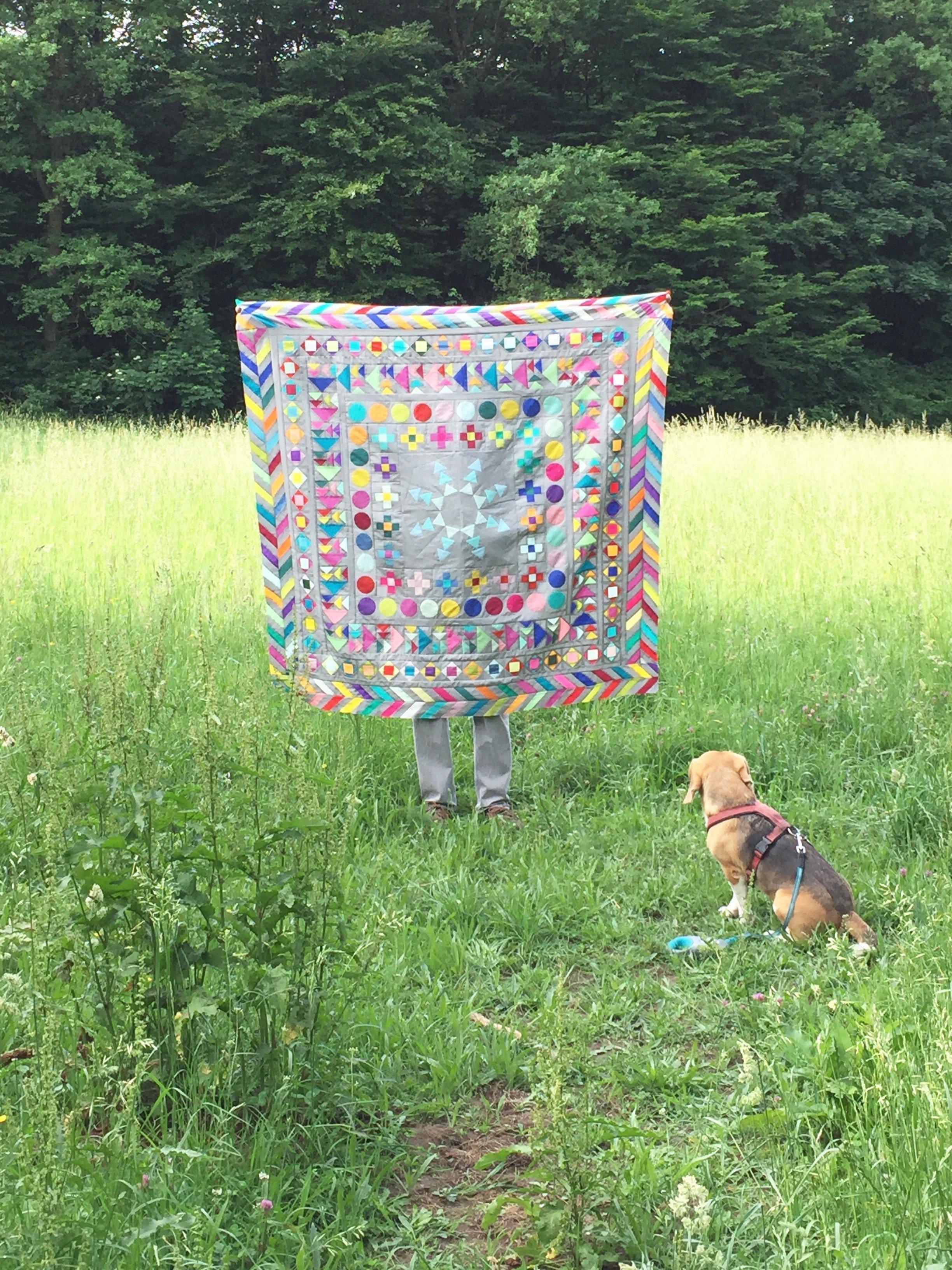 Medaillon Quilt Wiese mit Hund