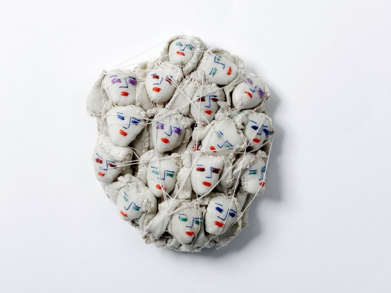 Jill GaLLiéni (geb. 1948, Frankreich): Miroir o mon miroir dis-moi si je suis libre Synthetik, Baumwollfaden Näherei 12 x 10 x 3 cm © Jill GaLLiéni Foto freundlicherweise vom Museum zur Verfügung gestellt
