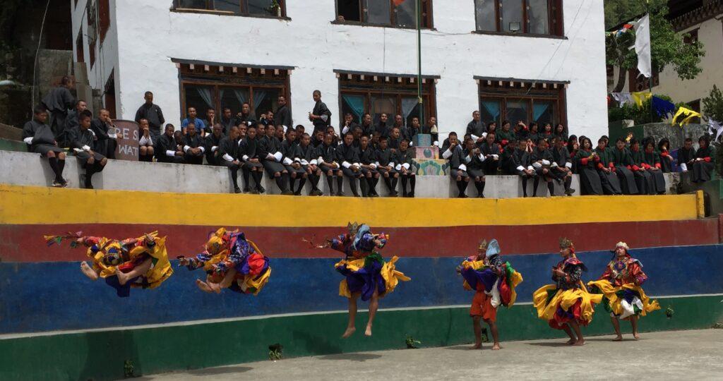 akrobatische Taenze am School Celebrationsday