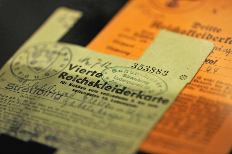 Vierte Reichskleiderkarte (gültig vom 1.1.1943 bis zum 30.6.1944). Ab November 1939 gab es die meisten Textilien nur noch mit der 'Reichskleiderkarte'. Die Kleiderkarten waren Bezugscheine für Kleidung. Textilien waren somit streng rationiert, um in Zeiten knapper Ressourcen die Bevölkerung weiter versorgen zu können. Foto: Jürgen Hoffmann. © LVR-Industriemuseum Foto freundlicherweise vom tim zur Verfügung gestellt
