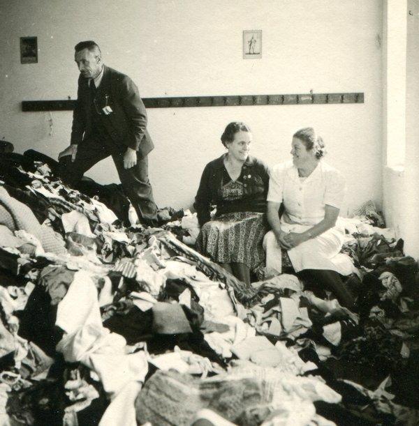 Spinnstoffsammlung in Augsburg 1941 Um ausreichend Geld für die massive militärische Aufrüstung Deutschlands zur Verfügung zu haben, sparten die Nationalsozialisten andererseits beim Import wichtiger textiler Rohstoffe. So kam es bald zu einer drastischen Materialknappheit z. B. bei Baumwolle. Daher rief das Regime regelmässig zu sog. Spinnstoffsammlungen auf. Verbraucher sollten überflüssige Textilien abgeben, die dann zu neuer Kleidung wiederverwertet wurden – dann allerdings in deutlich schlechterer Qualität. Foto: Sammlung Häußler Foto freundlicherweise vom tim zur Verfügung gestellt