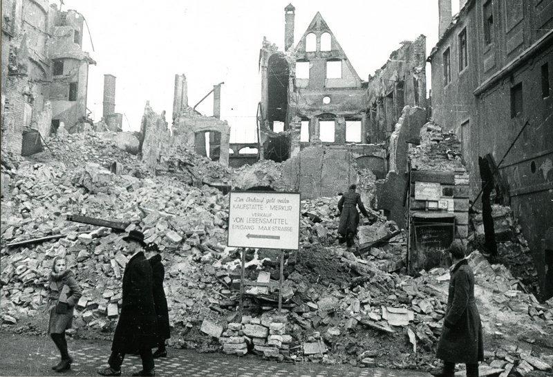 Alltag in Trümmern - Zerstörte Häuser in der Augsburger Maximilianstrasse, 1944 Foto: Sammlung Häußler Foto freundlicherweise vom tim zur Verfügung gestellt