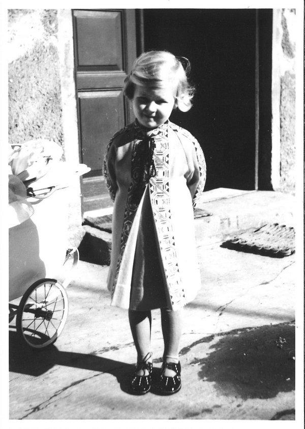 Augsburger Mädchen trägt das selbstgenähte Kinderkleid vom folgenden Bild im Jahr 1934 © tim Foto freundlicherweise vom tim zur Verfügung gestellt