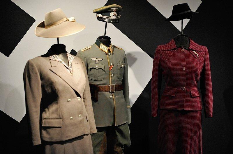 Uniform und streng geschnittene Kostüme prägen bis heute das Bild von der in der NS-Zeit getragenen Kleidung, 1930er/40er Jahre Foto: Jürgen Hoffmann. © LVR-Industriemuseum Foto freundlicherweise vom tim zur Verfügung gestellt