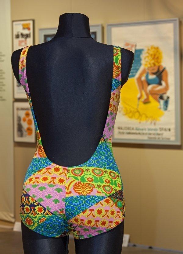 Bunte Muster und viel nackte Haut – in der Sonderausstellung des LWL-Textilwerks dreht sich alles um die Bademode. Foto: LWL/Holtappels, freundlicherweise vom Museum zur Verfügung gestellt