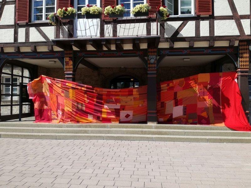 Walter Bruno Brix: Big Red Curtain Interaktives Projekt, seit 2007 Foto: Installation am Rathaus Münsingen, © Museum Villa Rot Foto freundlicherweise vom Museum zur Verfügung gestellt
