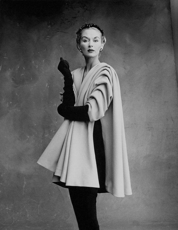 Lisa Fonssagrives-Penn trägt einen Mantel von Cristóbal Balenciaga, Paris, 1950 Foto: Irving Penn © Condé Nast, Irving Penn Foundation Foto freundlicherweise vom Museum zur Verfügung gestellt