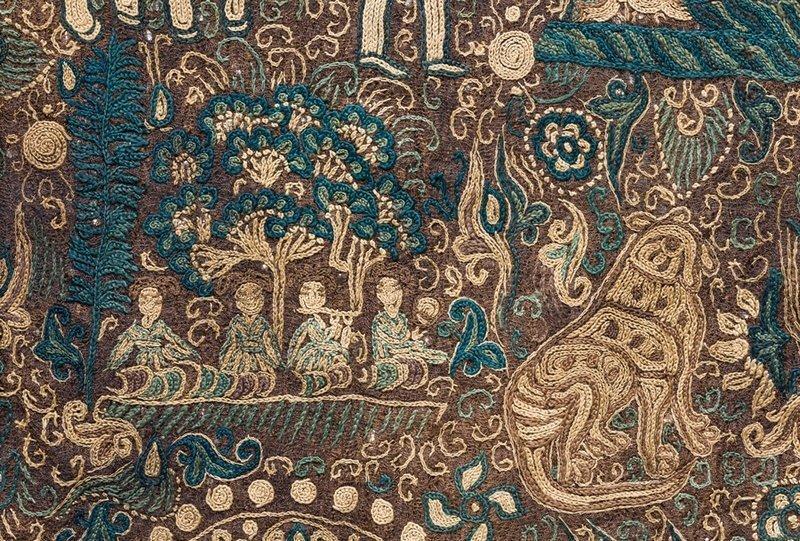 Seidenstickerei China, Südliche Dynastien (?), 5.–6. Jahrhundert, Abegg-Stiftung, Inv. Nr. 5582 Die in Kettenstich ausgeführte Szene zeigt vier unter Bäumen sitzende Musikanten. Sie schmückt ein Gewand, das über und über mit solch kleinen Bildern, aber auch mit Einzelfiguren wie dem übergrossen Gepard bestickt ist. © Abegg-Stiftung, CH-3132 Riggisberg (Foto: Christoph von Viràg) Foto freundlicherweise vom Museum zur Verfügung gestellt