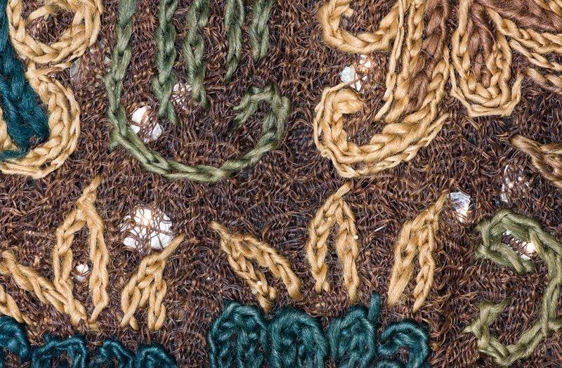 Makroaufnahme einer Stickerei mit Glimmereinlagen China, Südliche Dynastien (?), 5.–6. Jahrhundert, Abegg-Stiftung, Inv. Nr. 5582 Optische Hilfsmittel bieten faszinierende Einblicke in die Struktur eines Textils. Hier sieht man farbige Kettenstiche, eine locker gewebte Seidengaze als Stickgrund und kleine Glimmerstückchen, die je nach Lichteinfall hell glitzern. © Abegg-Stiftung, CH-3132 Riggisberg (Foto: Christoph von Viràg) Foto freundlicherweise vom Museum zur Verfügung gestellt