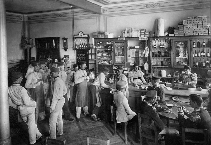 Waldemar Titzenthaler, Kantine in einer preußischen Kaserne, 1898 © ullstein bild Foto freundlicherweise vom Museum zur Verfügung gestellt