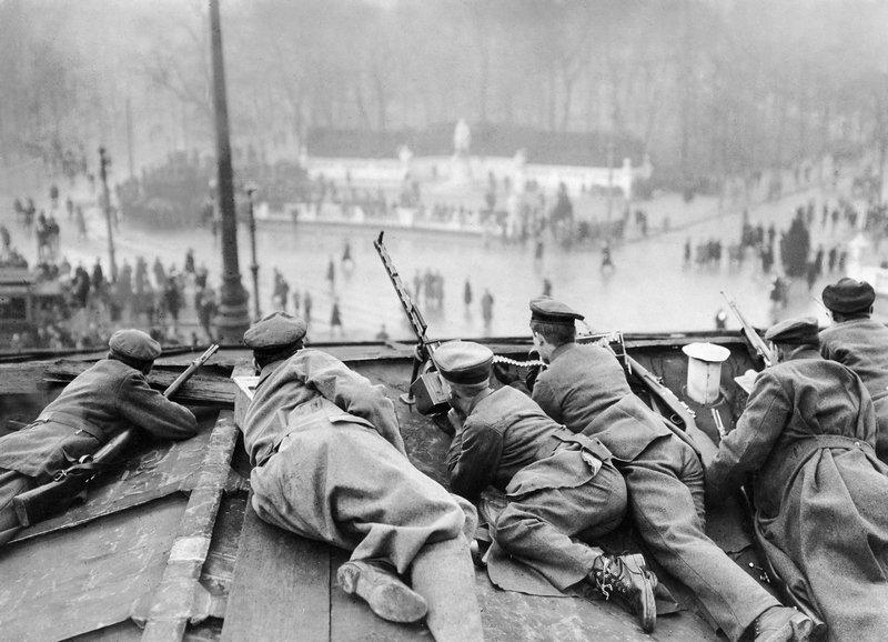 Walter Gircke, Regierungstruppen auf dem Brandenburger Tor, Januar 1919 © ullstein bild Foto freundlicherweise vom Museum zur Verfügung gestellt