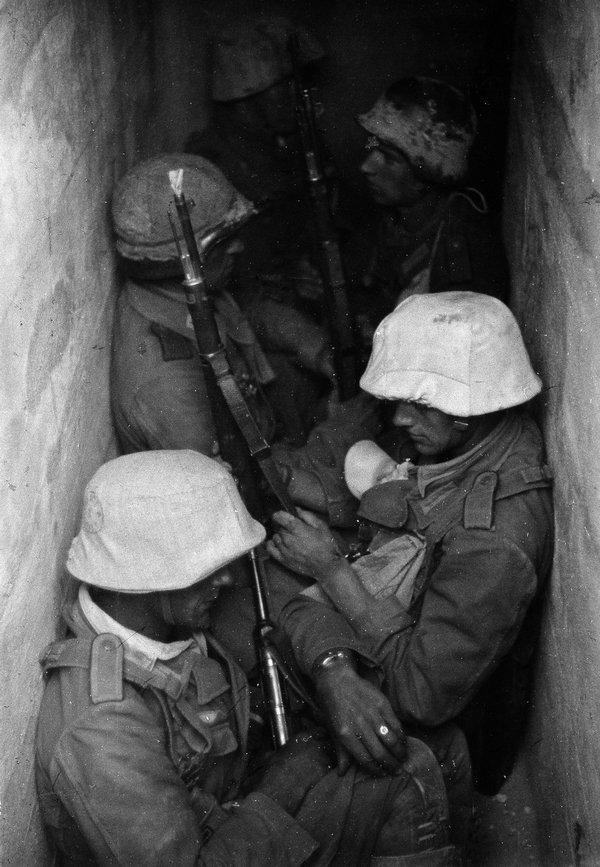 Eric Borchert, Grenadiere in einer Bunkerstellung vor Tobruk (Libyen), 1941 © ullstein bild Foto freundlicherweise vom Museum zur Verfügung gestellt