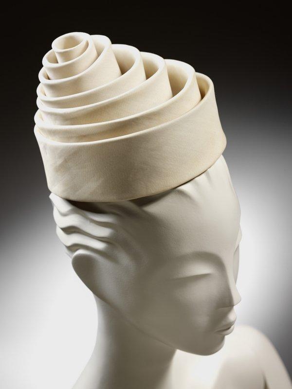 Hut in Form einer Spirale, Seide, Balenciaga für Eisa, Spanien, 1962 © Victoria and Albert Museum, London Foto freundlicherweise vom Museum zur Verfügung gestellt