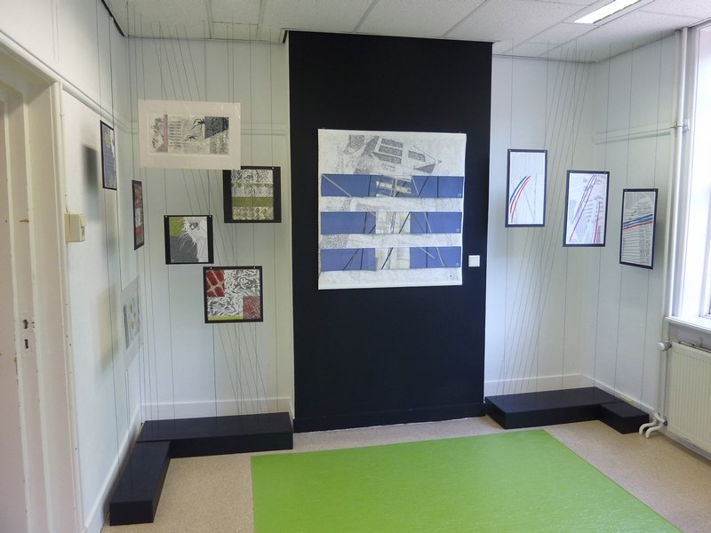 Willy Doreleijers (Niederlande): Bleu Print (Mitte), 103 x 105 cm, Scratch (re), verschiedene kleine Arbeiten (li) Foto: Willy Doreleijers