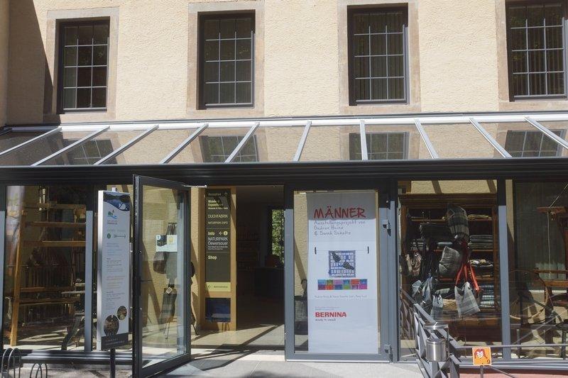 Eingang zur Alten Duchfabrik, Naturpark Öewersauer, Esch-Sauer (Luxemburg) MÄNNER – Ausstellungsprojekt von Gudrun Heinz & Sarah Schultz