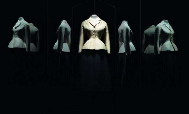 Christian Dior. Bar suit. Haute Couture, Spring-Summer 1947, Corolle line.  Afternoon suit. Shantung jacket.  Pleated corolla skirt in wool crêpe by Gérondeau et Cie. Paris, Musée des Arts Décoratifs, UFAC collection, gift of Christian Dior, 1958. Inv. UF 58-29-1 Foto freundlicherweise vom Museum zur Verfügung gestellt.