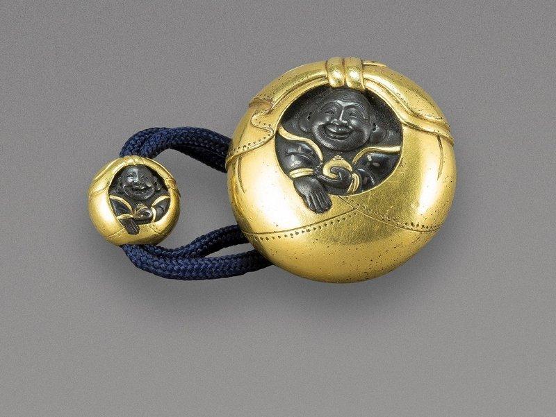 Der Glücksgott Hotei in seinem Sack. Gleiches Motiv auf Metall-Manjû mit Ojime. Japan, Edo-Zeit (1602–1868). Foto: Jean Marie Colrat, St. Gratien Foto freundlicherweise vom Museumsdienst der Stadt Köln zur Verfügung gestellt