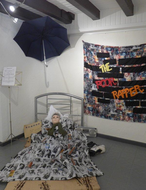Gudrun Heinz: Der arme Rapper - Hommage an Carl Spitzweg (Installation, Detail) MÄNNER – Ausstellungsprojekt von Gudrun Heinz & Sarah Schultz