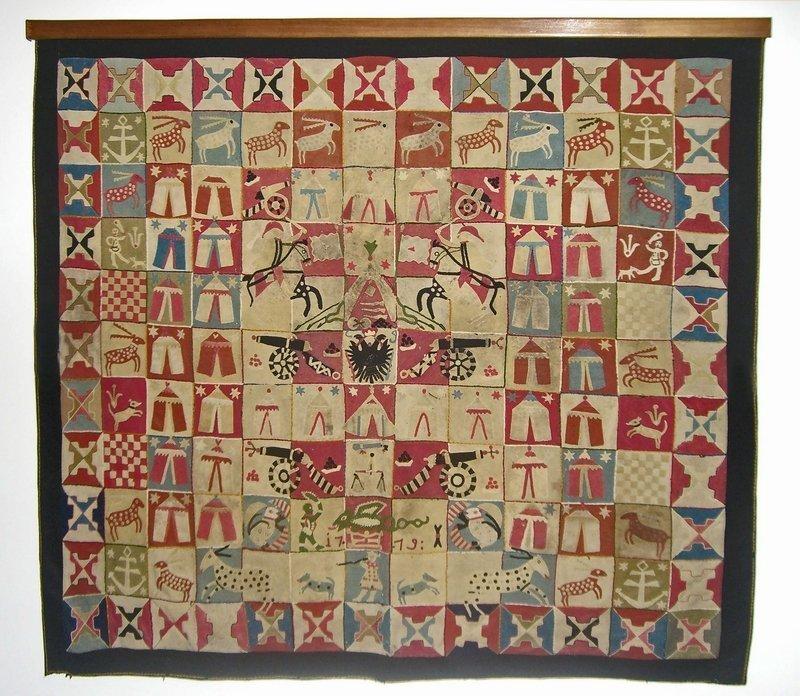 """'Turkish Wars' Intarsia Quilt Unbekannter Künstler Wahrscheinlich Südost-Europa Datiert 1719 Wollstoffe von Uniformen; Intarsia, Handapplikationen, Handstickerei 47 x 55"""" Privatsammlung Foto freundlicherweise vom Museum zur Verfügung gestellt"""
