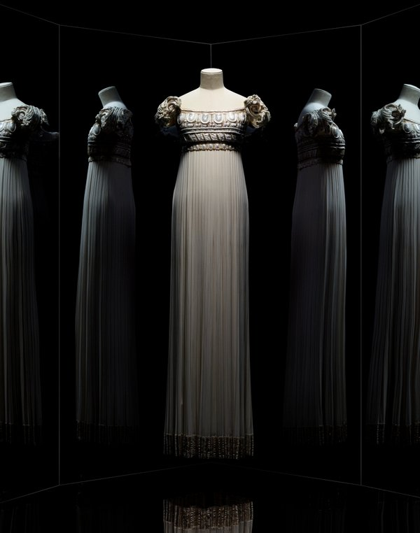 Gianfranco Ferré for Christian Dior. Palladio dress. Haute Couture, Spring-Summer 1992, In Au vent léger d'un été line. Long embroidered and pleated white silk georgette sheath dress. Paris, Dior héritage © Photo Les Arts Décoratifs / Nicholas Alan Cope Foto freundlicherweise vom Museum zur Verfügung gestellt.