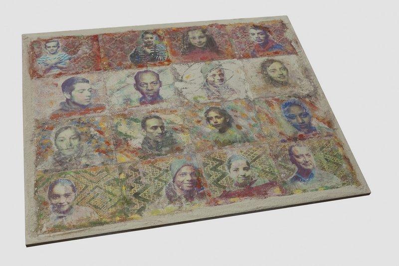 Ira Marom, Köln: Serie von Portraits geflüchteter Menschen, gedruckt in Sand und auf Erde. Foto freundlicherweise vom Museum zur Verfügung gestellt
