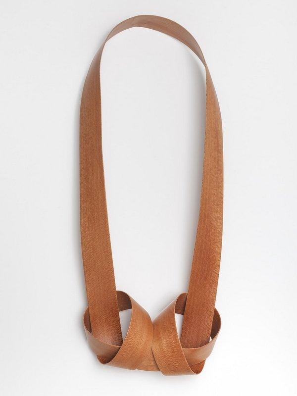Alessa Joosten, Düsseldorf: grafische und zugleich skulpturale Kette aus Holz. Foto: Tamara Hansen Foto freundlicherweise vom Museum zur Verfügung gestellt