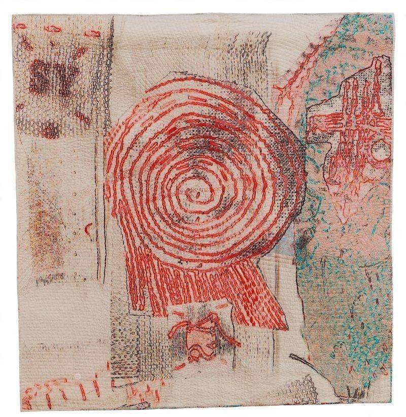 Gabi Mett: Kultplatz 2017 137 x 146 cm Baumwolle, Vlies, Stickgarne Wholeclothquilt, maschinen- und handgequiltet Foto: Gabi Mett, freundlicherweise von der Künstlerin zur Verfügung gestellt
