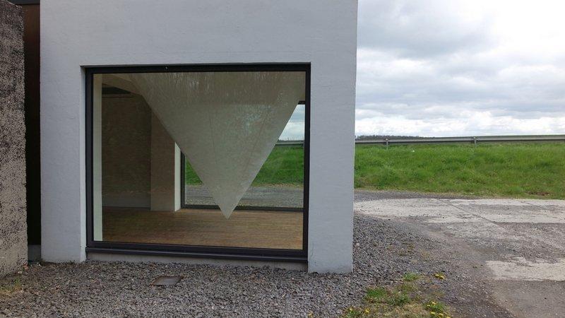 Ulli Böhmelmann: Installation Akkumulation aus Vliesstoff im Kunstturm Mücke Foto freundlicherweise von Ulli Böhmelmann zur Verfügung gestellt
