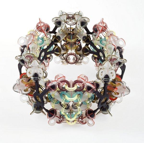 Svenja John: Armschmuck 'Rokkasho', 2016 Polycarbonat, Makrolen/Nylon, Acrylfarbe Wasserstrahltechnik/3DPrint, 11 x 11 x 7 cm Foto: Ludger Paffrath, freundlicherweise vom Museum zur Verfügung gestellt