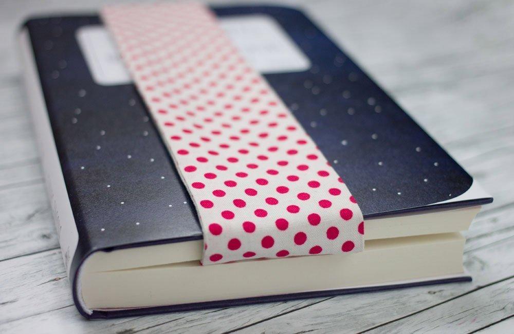 Buch mit Lesezeichen aus Stoff