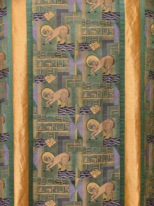 Dalmatika des grünen Ornats mit eingewebtem Agnus-Dei-Motiv, Detail Bonn 1931 - 33 © Diözesanmuseum Limburg Foto: Michael Benecke, freundlicherweise vom Museum zur Verfügung gestellt
