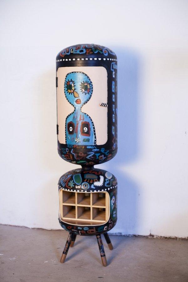 Piratas do Pau: Mulher-Woman, Regal, 2016 Recycelter Warmwasserbereiter, H 150 x B 34 cm, Serie: Senkrechte Weinregale, © Nelsa Guambe Foto freundlicherweise vom Museum zur Verfügung gestellt