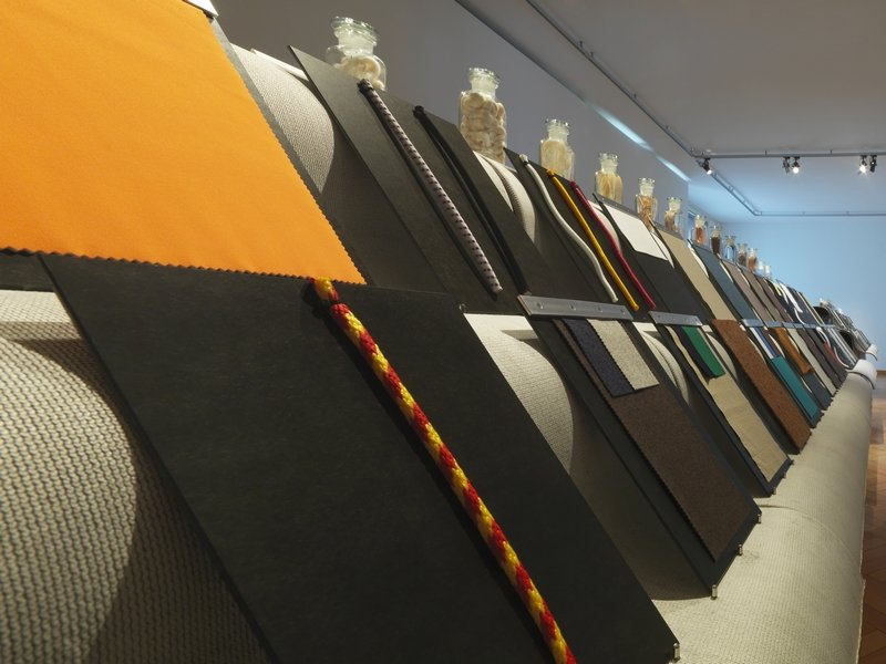 Ausstellung Neue Stoffe: Im Materialarchiv stehen eine Auswahl an 'Neue Stoffen' zum Berühren zu Verfügung. Foto: Jürg Zürcher Foto freundlicherweise vom Museum zur Verfügung gestellt