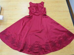 Fertig besticktes Kleid