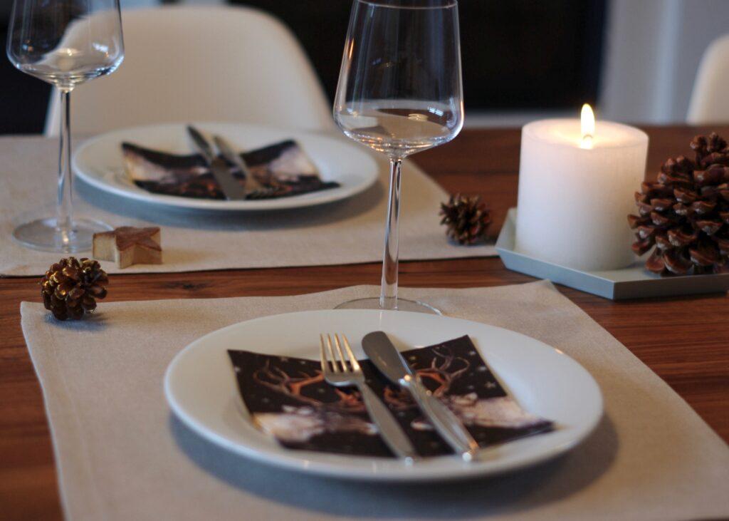 Weihnachtstafel: Servietten als Tischset