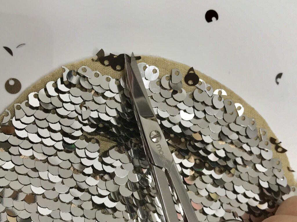 Alle angeschnittenen und überflüssigen Pailletten entfernen
