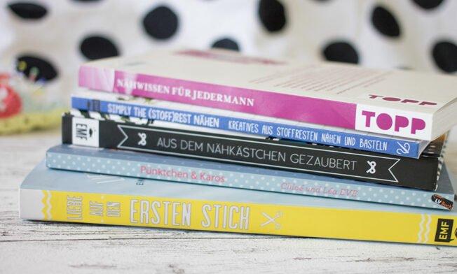 Ein Stapel mit fünf Büchern zum Thema Nähen